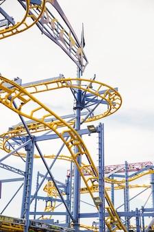 Primo piano della ferrovia di montagne russe al parco di divertimenti