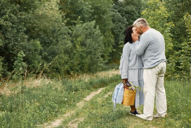 秋の公園でキスするロマンチックなカップルをクローズアップ