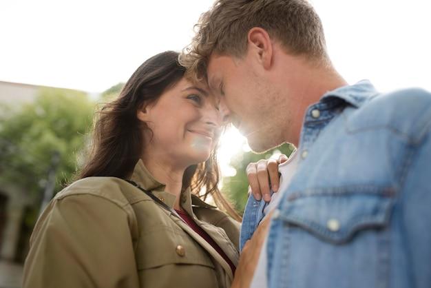 Primo piano coppia romantica all'aperto