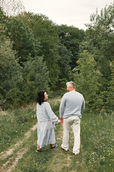 秋の公園を歩いているロマンチックなカップルをクローズアップ