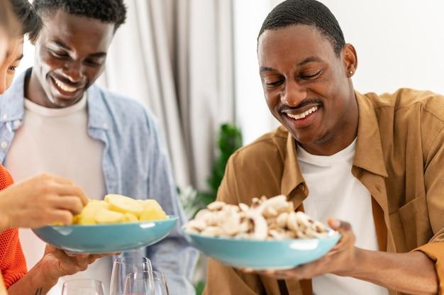 Закройте соседей по комнате, держа тарелки