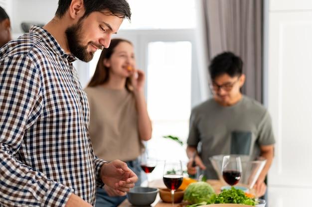 Соседи по комнате на кухне крупным планом