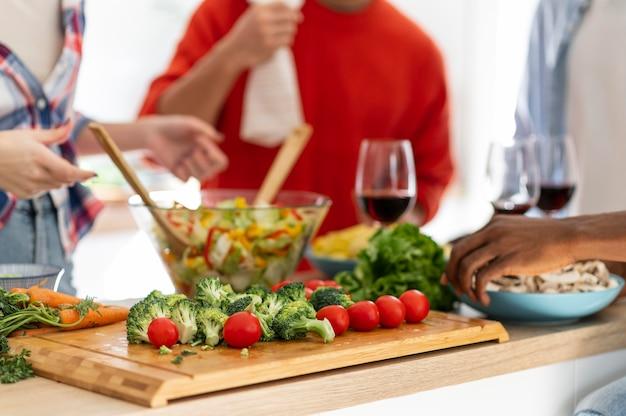 Chiudere i coinquilini che fanno insalata