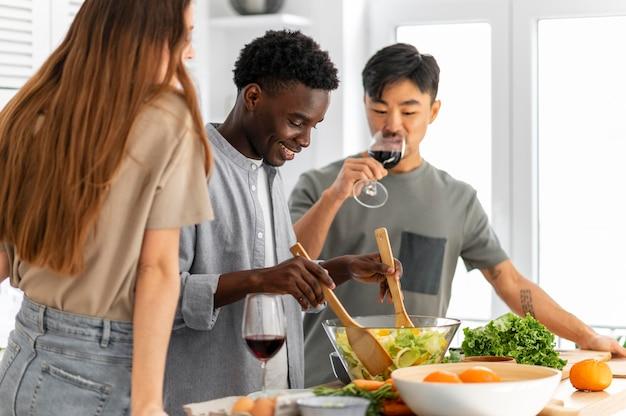 Соседи по комнате готовят еду крупным планом