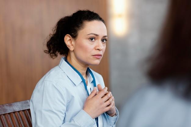 Close up donna triste in terapia