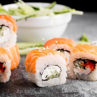 Insalata del primo piano e rotoli di sushi freschi