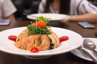 クローズアップサラダ北海道ぼやけの背景友人に会い、食べ物を楽しむ。