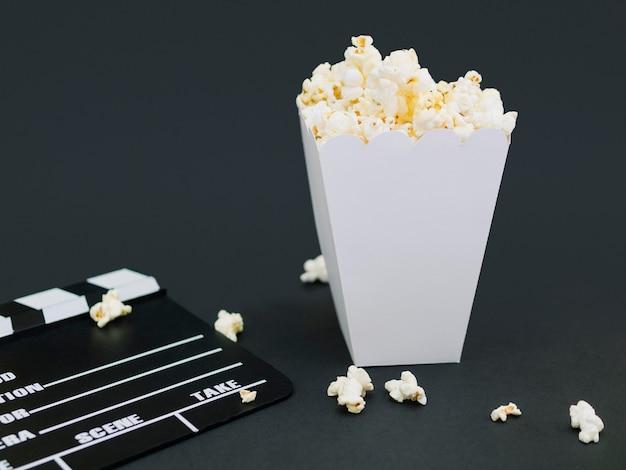 Крупный план соленая коробка попкорна на столе