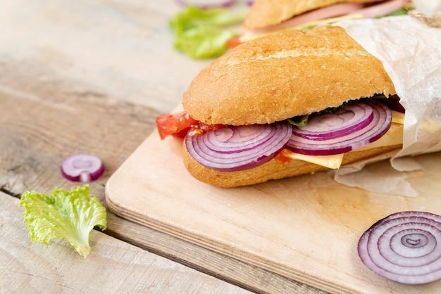 まな板の上のクローズアップサンドイッチ