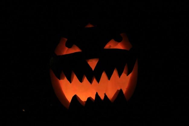 ハロウィーンのハロウィーンの概念のための怖いカボチャをクローズアップ