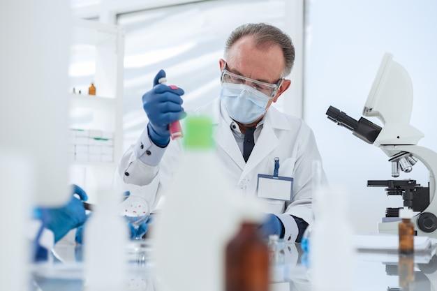 확대. 과학자는 실험실에서 과학 실험을 수행합니다.