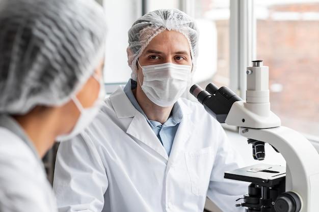 Close up scienziato in laboratorio