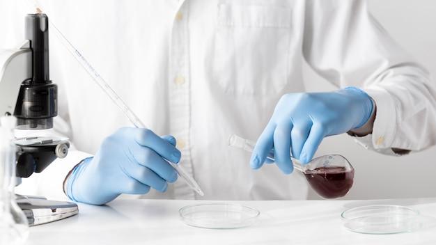 솔루션을 사용하는 클로즈업 과학자