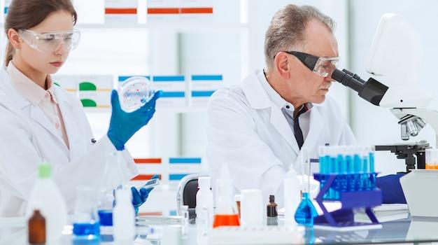 Закройте вверх. ученые проводят исследования в лаборатории. наука и здоровье. Premium Фотографии
