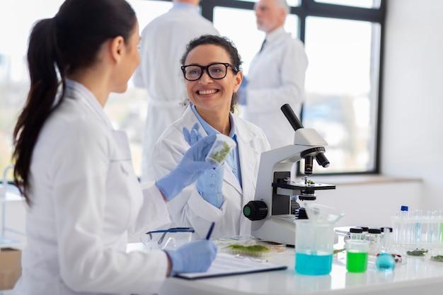 Закройте ученых, работающих вместе