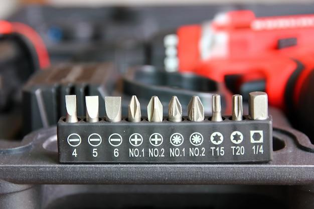 電動ドリルdiyボックスセットにセットされたドライバーヘッドをクローズアップ