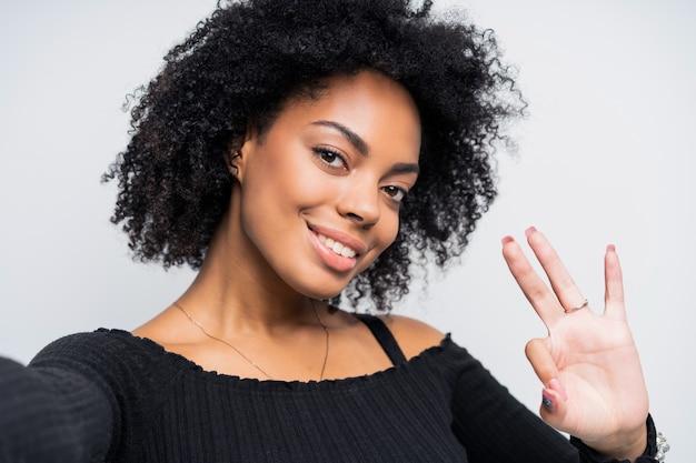 Selfie를 복용하는 아름 다운 아프리카 계 미국인 여자의 자기 초상화를 닫습니다.