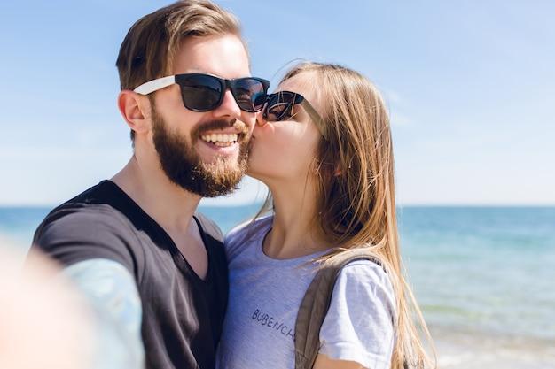 海のそばのかわいいカップルのクローズアップの自画像