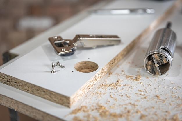 Primo piano di una vite autofilettante, vite per legno nell'artigianato del falegname.