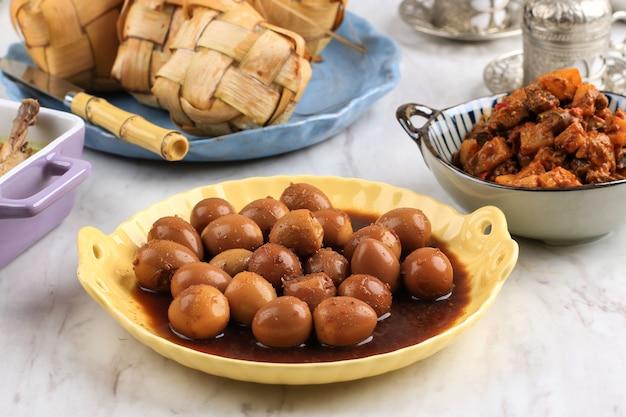 Close up семур телур пуйух - вареные яйца, приготовленные с соевым соусом для семейного меню