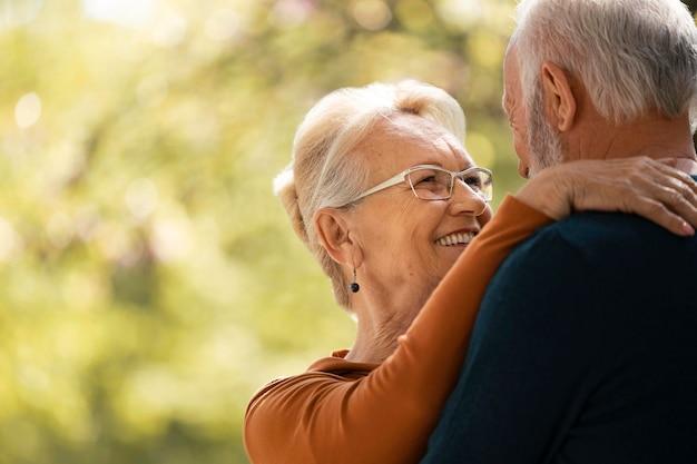 Крупным планом старшая пара, держащая друг друга