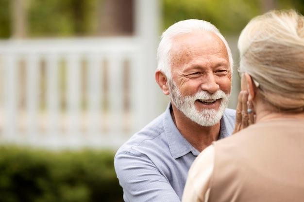 お互いを見ている年配のカップルをクローズアップ