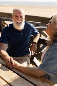 Крупным планом старшая пара, сидя за столом