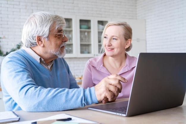 Primo piano su una coppia anziana mentre impara