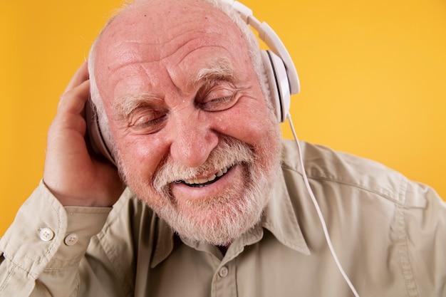 Крупным планом старший, наслаждаясь музыкой