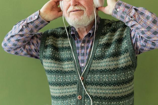 Крупный план старшего прослушивания музыки