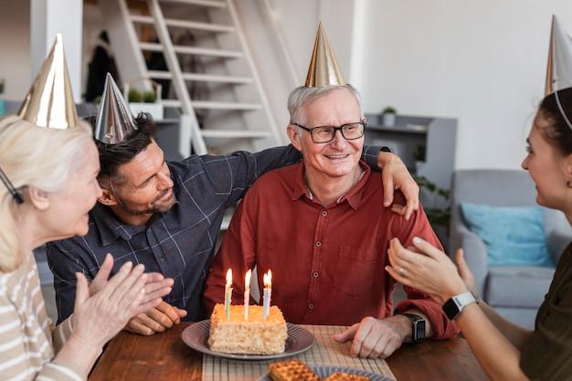祝われている年配の男性をクローズアップ