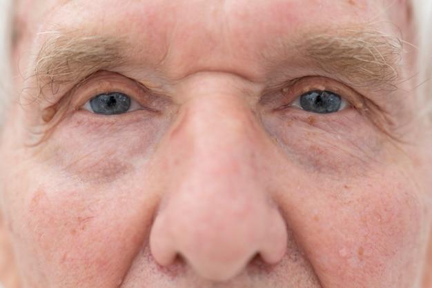 Крупным планом старший мужчина с проблемами зрения