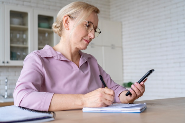 Primo piano su una persona anziana mentre impara