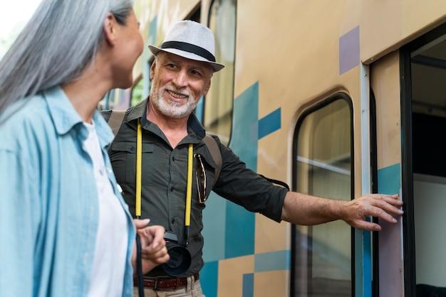 Крупным планом старших путешественников