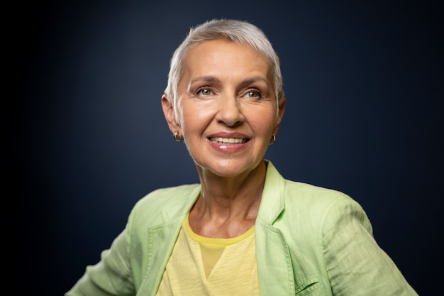 ポーズをとる年配の女性をクローズアップ