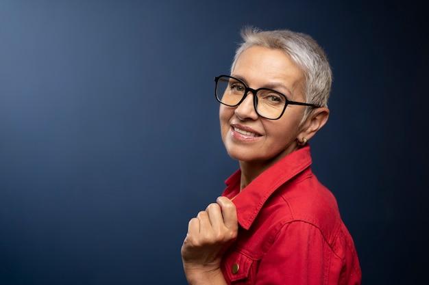 眼鏡で年配の女性をクローズアップ