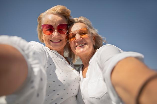 自撮りをしている年配の女性をクローズアップ