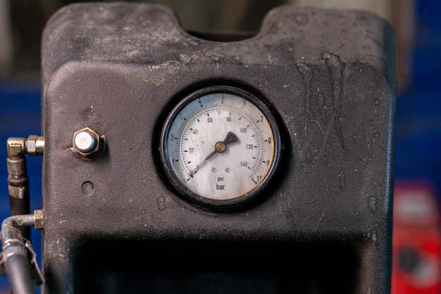 타이어 압력 측정을위한 근접 센서. 낮은 압력 수준.