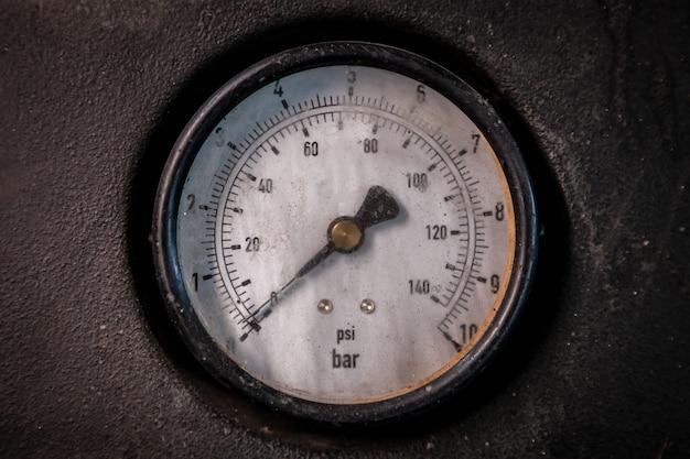 Датчик крупным планом для измерения давления в шинах. низкий уровень давления.