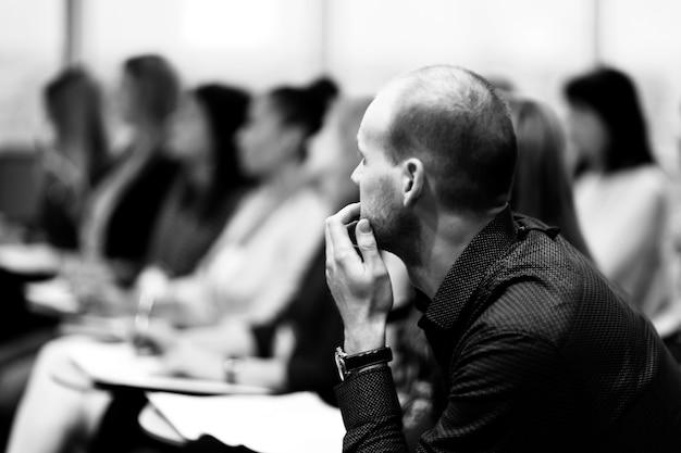 Крупным планом. серьезный бизнесмен на размытом фоне конференц-зала