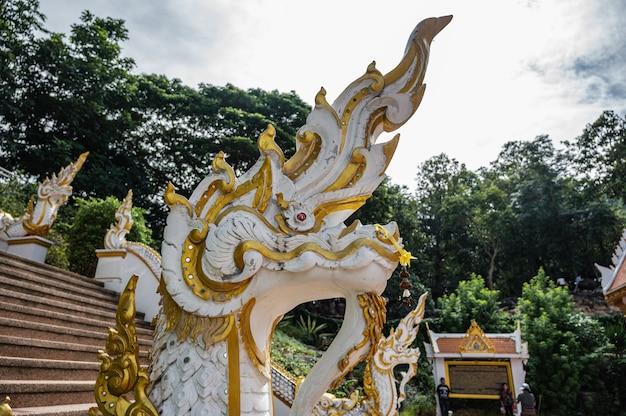 태국 치앙칸 지구에 있는 왓 프라 푸타밧 푸 콰이 응고엔의 뱀 상태를 닫습니다. 치앙 칸 토끼 사원 - 왓 프라 푸타밧 푸 콰이 응고엔