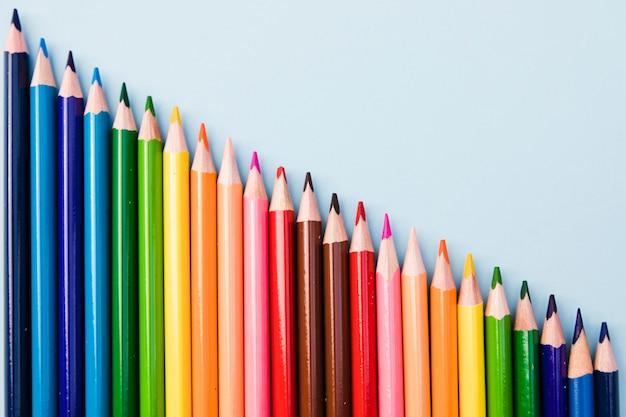 Крупным планом набор цветных карандашей