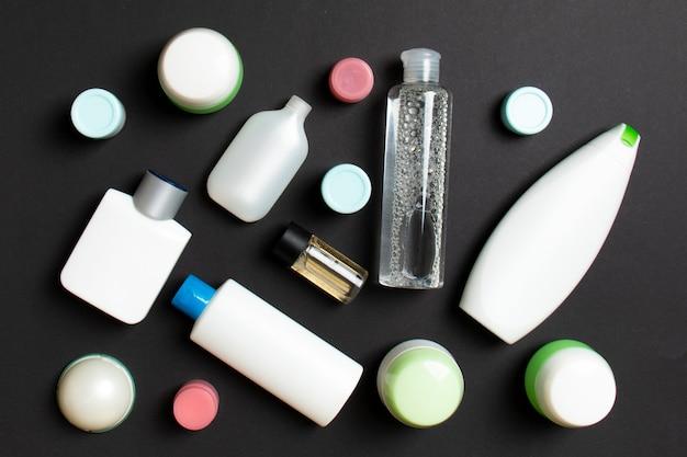 Макро набор бутылок и банок разного размера для косметических продуктов на цветном фоне. концепция ухода за лицом и телом с копией пространства.