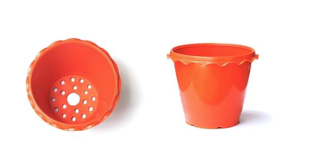 白い背景、上面図と側面図に空の茶色のプラスチック植木鉢のセットを閉じます。