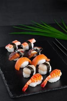 Макро набор нигири суши со свежими креветками, лососем, гребешком, копченым угрем