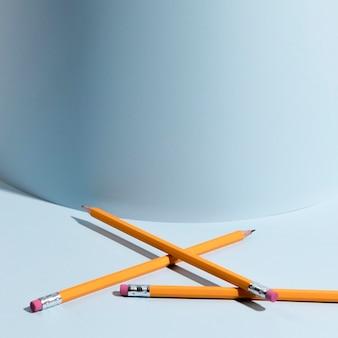 机の上の鉛筆のクローズアップセット