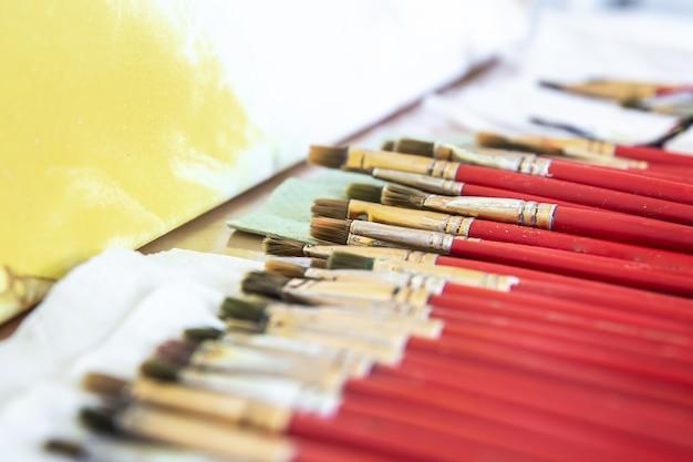 クローズアップ、描画とペイントのための赤いブラシのセット。