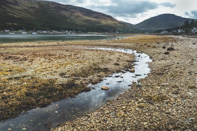 砂利浜の浅いクローズアップ。スコットランド。