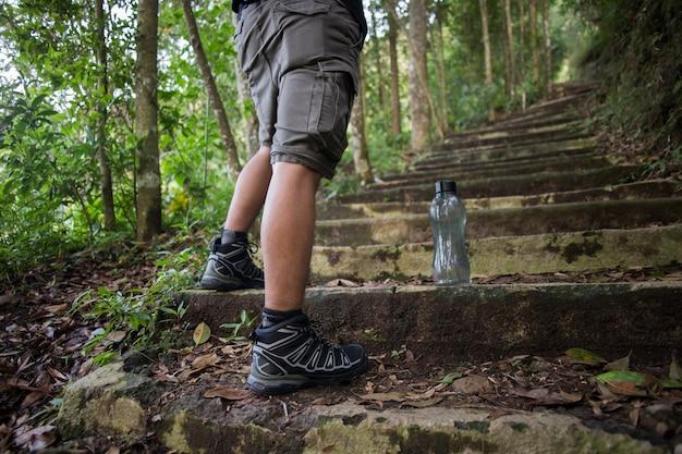 旅行者の男性のハイキングの概念の靴をクローズアップ。