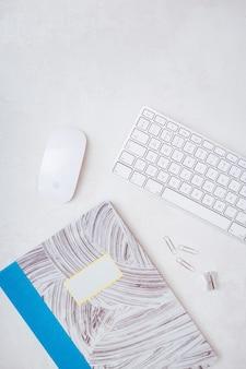 白い机の上でショットビジネス研究の必需品をクローズアップ-仕事と研究の美学